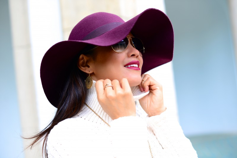 Felt hat in burgundy and turtleneck sweater