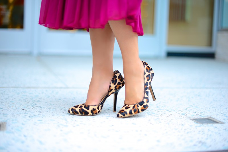 Leopard pumps and  pleated long skirt