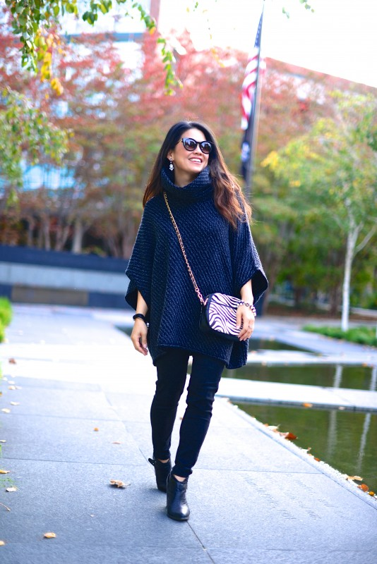 Casual autumn outfit poncho skinny black jeans and booties